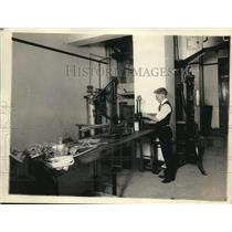 1920 Press Photo Bureau of Standards test the efficiency of wool & cotton yarn