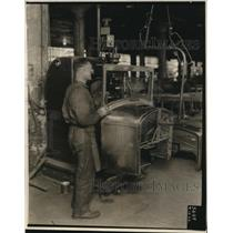 1927 Press Photo Worker at Automobile Body Manufacturing Plant / Factory
