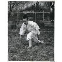 1962 Press Photo Eddie Judd practices martial arts in his yard