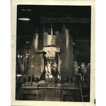 1927 Press Photo Forging a Chevrolet crank shaft from bar stock at a plant