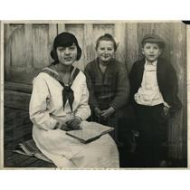 1921 Press Photo Miss Pearl Pugsley shown with her brother and sister