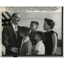 1959 Press Photo of Nobel Prize Winner Dr. Kornberg and his family.