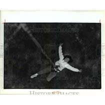 1990 Press Photo Cec Kuykendall of Roohnert Park, Ca, falls from the hot air bal