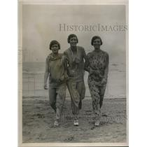1926 Press Photo Ms. Thal, Mrs. Harris & Ms. Joan Thal on the sands at Lido