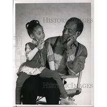 "1990 Press Photo Bill Cosby and Raven Symone in ""The Cosby Show"" - cvp44405"