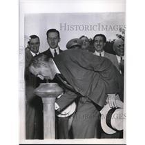 1944 Press Photo Dr. Ramon Grau San Martin Drinks From Mt. Vernon Water Fountain