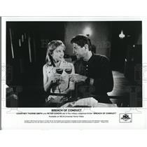 1995 Press Photo Breach Of Conduct Courtney Thorne Smith Peter Coyote