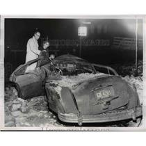1961 Press Photo Mr. and Mrs. Bruce Bass look at car after debris from tornado