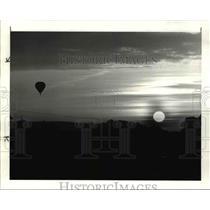 1984 Press Photo Hot air balloon moves across Penn sky as the sun sets