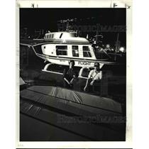 1985 Press Photo Tim ILG and Pilot Tom Di Cresce Placing A Grid in Helicopter