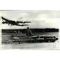 1971 Press Photo Canadian mercy plane is refueled at Don Muang Airport , Bangkok