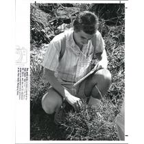 1988 Press Photo Fred Bess identifies a species of plantlife