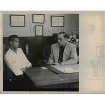 1950 Press Photo Charles Smith being questioned by Sheriff Carl Finegan