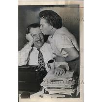 1948 Press Photo Nellie Mason with employee advertising agency M. Glen Miller