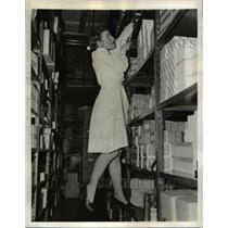 1942 Press Photo Seattle Wassh Lois McCord in stockroom of store