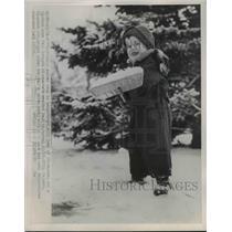1953 Press Photo Billy Halpern shovels snow in 10 degree weather - nee03491