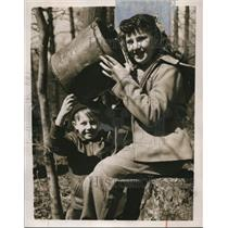 1949 Press Photo David Hermon and Barbara Hesse in the woods - nee02081