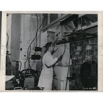 1949 Press Photo Dr. Earl Hyde works with radioactive materials Univ. Chicago