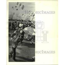 1983 Press Photo Students of St.Richard School launch thousands balloons