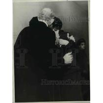 1932 Press Photo of Rev. H.J. McKinnell and Mrs. McKinnell greeting their