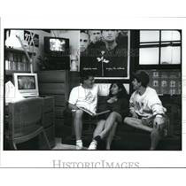 1994 Press Photo Students sitting and chatting