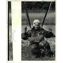 1981 Press Photo Conrad Earnest with his parachute