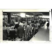 1988 Press Photo The Super lotto ticketing line