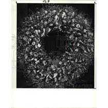 1988 Press Photo Dried Flower Wreath With Tiny Seashells
