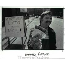 1989 Press Photo Ray Sheppard sells lottery tickets at E15th and Payne