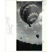 1989 Press Photo Three of the twenty balloons to race from the Chagrin falls