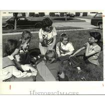 1981 Press Photo Janice Balante and Members of Girl Scouts