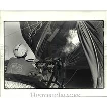 1985 Press Photo Todd Fisher inflating his balloon; Annual Great Balloon Race