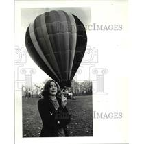 1986 Press Photo Jill Sell crosses fingers before Hot air balloon ride