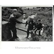1988 Press Photo Capt Dan Claypool helps Christopher childs of Greenpeace