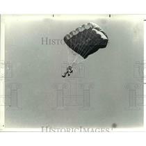 1982 Press Photo Parachuting