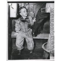 1952 Press Photo Gary McClum, 2-year-old lost and now at the police station
