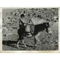 1938 Press Photo Pueblo Indian Pedro Sanchez Carrying Water in Winslow Arizona