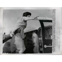 1962 Press Photo U2 Pilot Francis Gary Powers Wife Meeting Husband