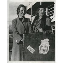 1934 Press Photo Anna Perry(L) teach chinese & Mrs Loraine Underwood fashion
