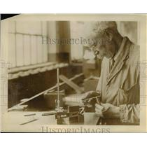 1927 Press Photo A veteran craftsman at the Cadillac plant - nee16750