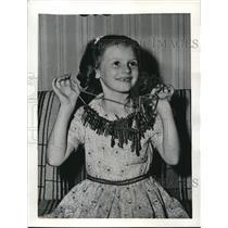 1942 Press Photo Heather Jackson rounds up 6 pounds of keys for Uncle Sam