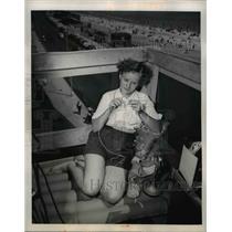 1949 Press Photo Revere Beach Mass Mrs Jean Ellis pole sitting 50 feet up