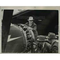 1940 Press Photo Diesel plane motor demonstrated for Secretary of War Woodring