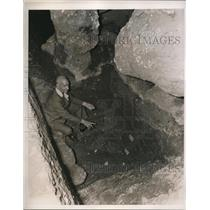 1939 Press Photo Antonio Guatarri in cave in Rome with skull from 80,000 years