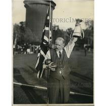 1927 Press Photo  Mayor Curwen holds the trophy,a bowling champion of Lancaster.