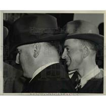 1940 Press Photo Cecil Wetzel talk to G-Men in FBI San Francisco