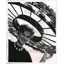 1961 Press Photo Secretary Pat Rizzuto is wearing a supersonic headdress