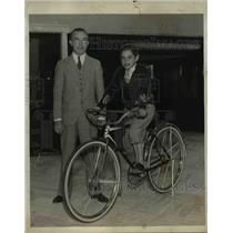 1931 Press Photo William Sharp Manager of Sports Dept & Seymour Wachsperger Bike