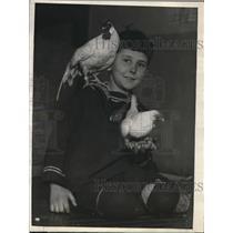 1925 Press Photo Herbert Guileford & two prize Rose Comb Bantams