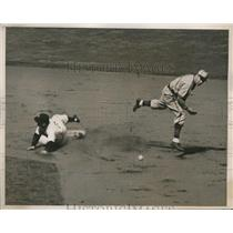 1940 Press Photo NY Yankee George Selkirk out at 2nd vs Browns - nes26702